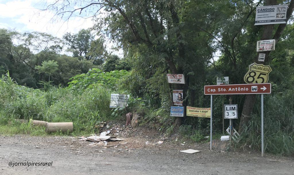 Placa instalada nos Pires de baixo indicando o sentido da comunidade católica Capela de Santo