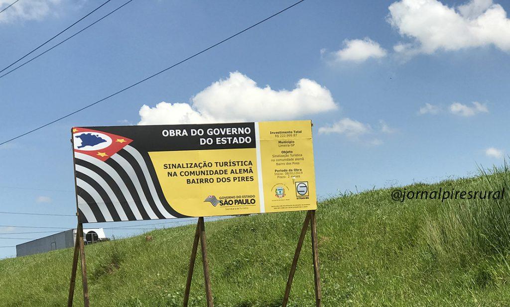 Placa indicando o nome do projeto e sinalizando os recursos recebidos do governo de SP