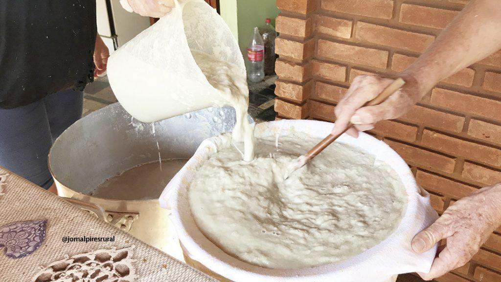 Depois de triturado é necessário lavar a massa triturada através de coador