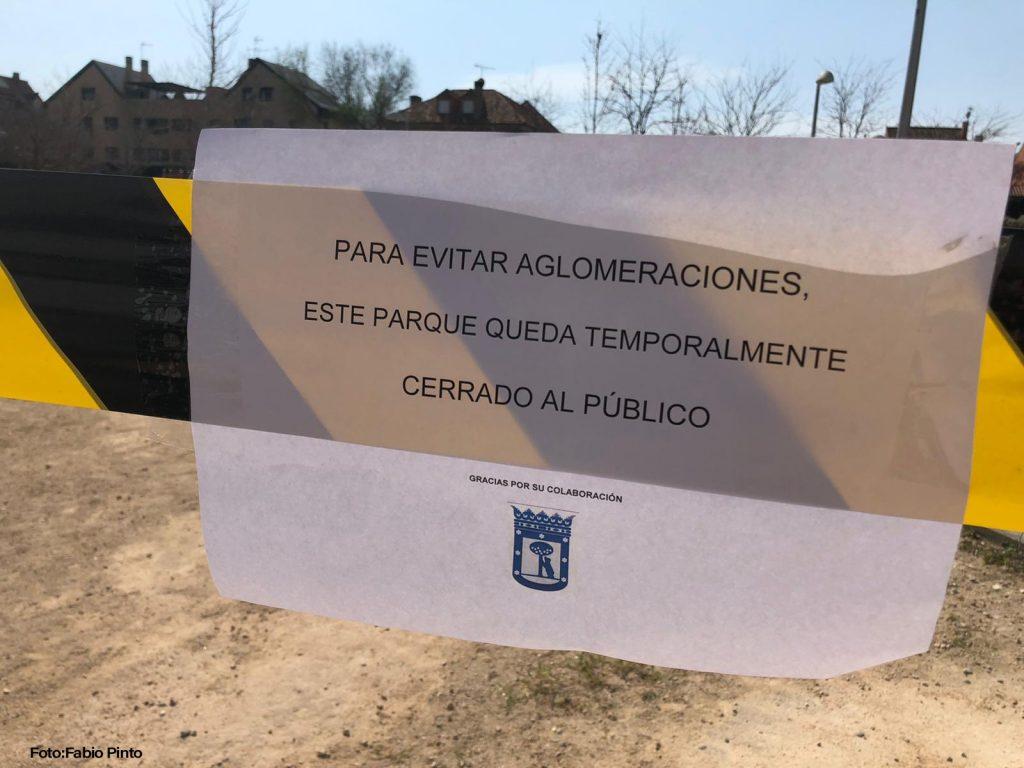 Placa em praça indicando que está fechada