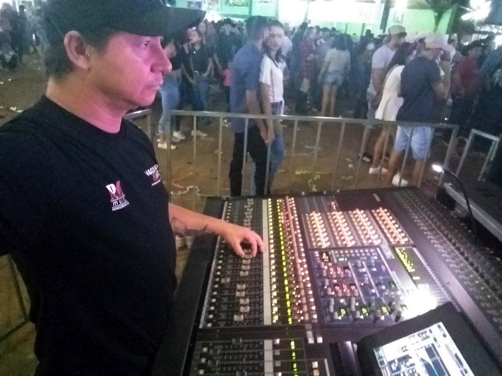 """Pedro """"Gambá"""" Drago, trabalhando como engenheiro de som"""