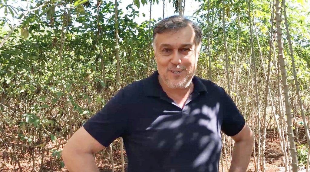 Donizetti Domingues Oliveira, do bairro Santa Helena, foi citricultor por muitos anos mas, trocou a cultura de citros por mandioca