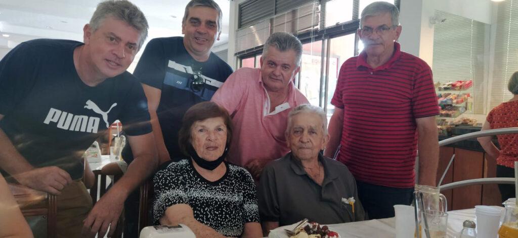 O casal comemora Bodas de Chumbo em 2020 com os filhos Matias, João, Antônio Carlos, José Simon