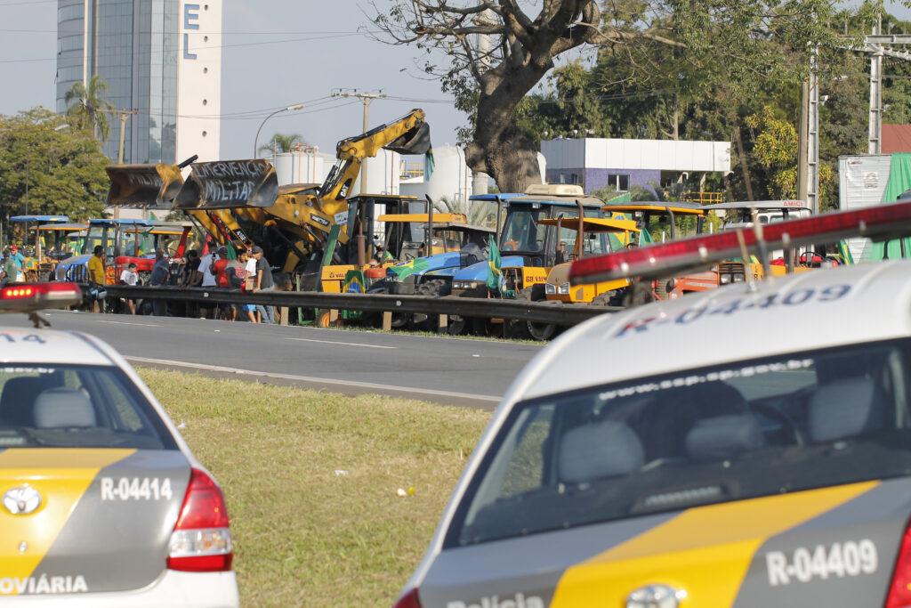 Tratores parados a beira da rodovia anhanguera em apoio a greve dos caminhoneiros em maio de 2018