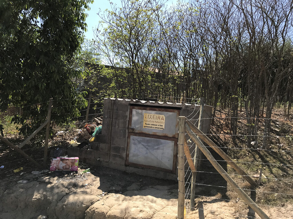 Abrigo para o depósito dos sacos de lixo e materiais recicláveis