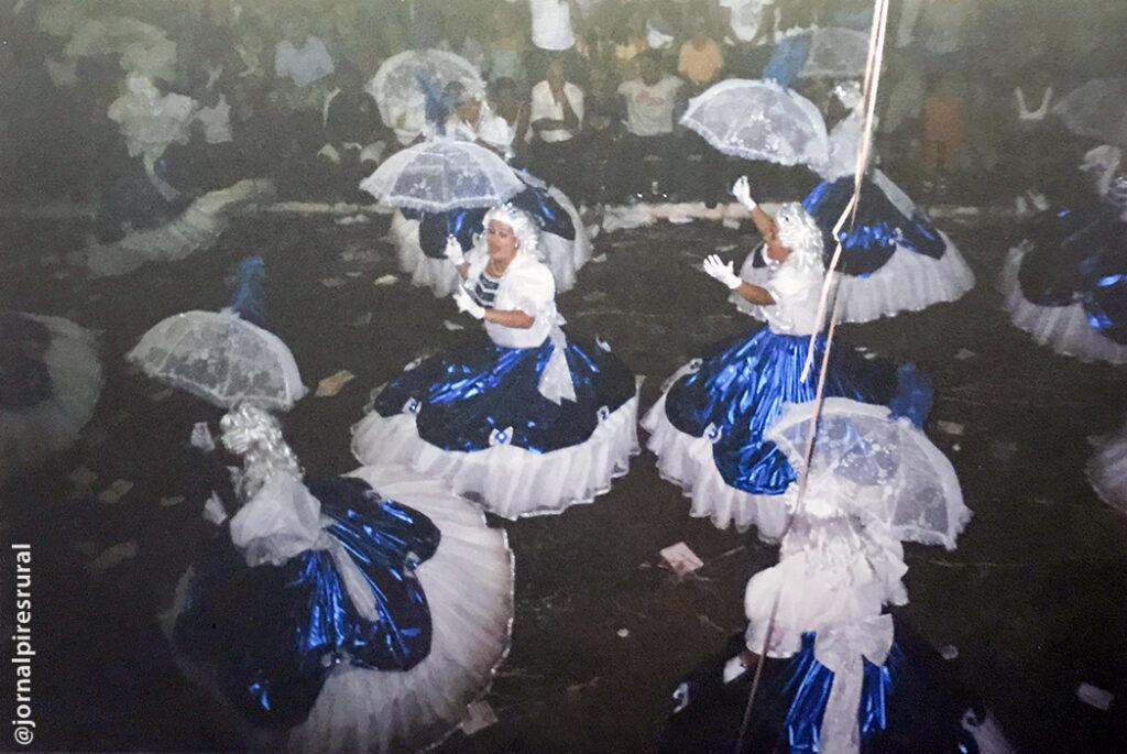 Desfile em Cordeirópolis, SP, com a escola Águia de Prata