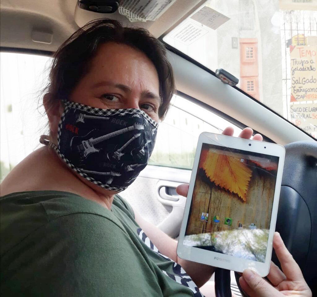 Andréa Gonçalvez com um tablet pronto para doação