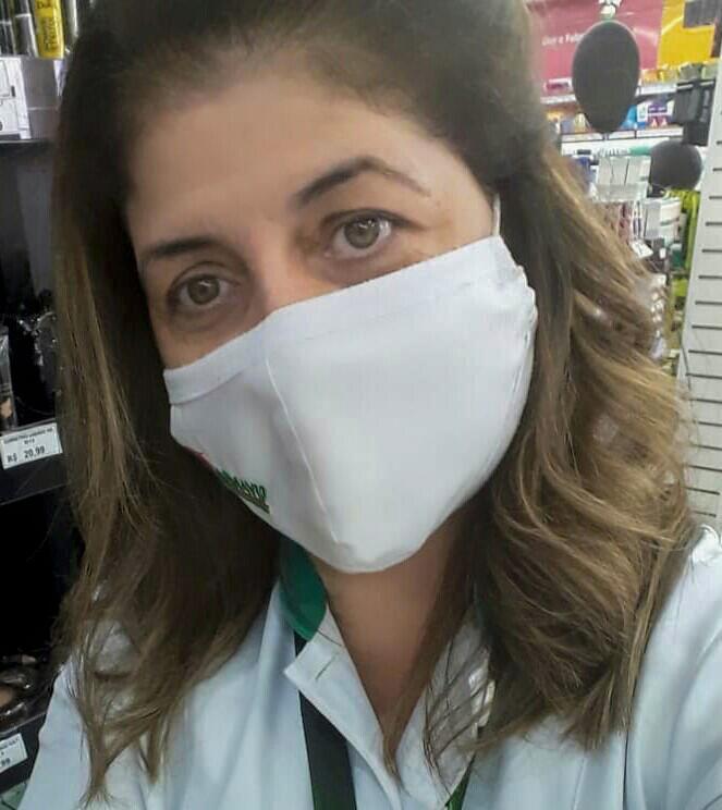 Um close do rosto de Maira Gonçalo usando máscara